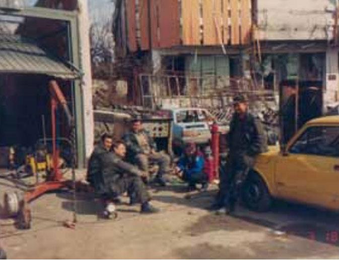 Priručna auto-mehaničarska radionica u dvorištu Elektre Lipik 1992.godine